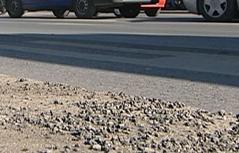 Rollsplitt auf Straße