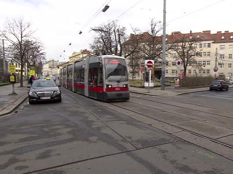Straßenbahn der Linie 2 am Johann Nepomuk Berger Platz