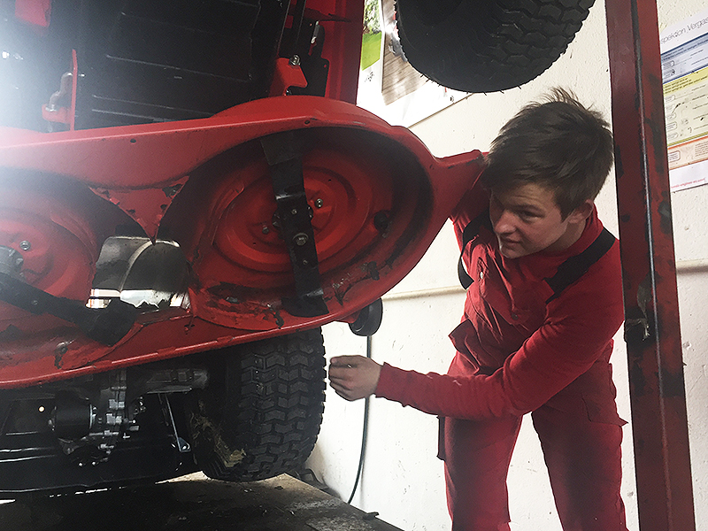 Rasenmähertraktor wird repariert