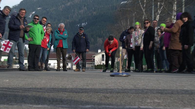 Special Olympics Teilnehmer beim Stockschießen in Saalfelden