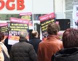 Demonstranten im ÖGB-Hof