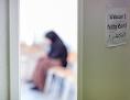Frau wartet in Erstaufnahmestelle auf Registrierung / Deutschland