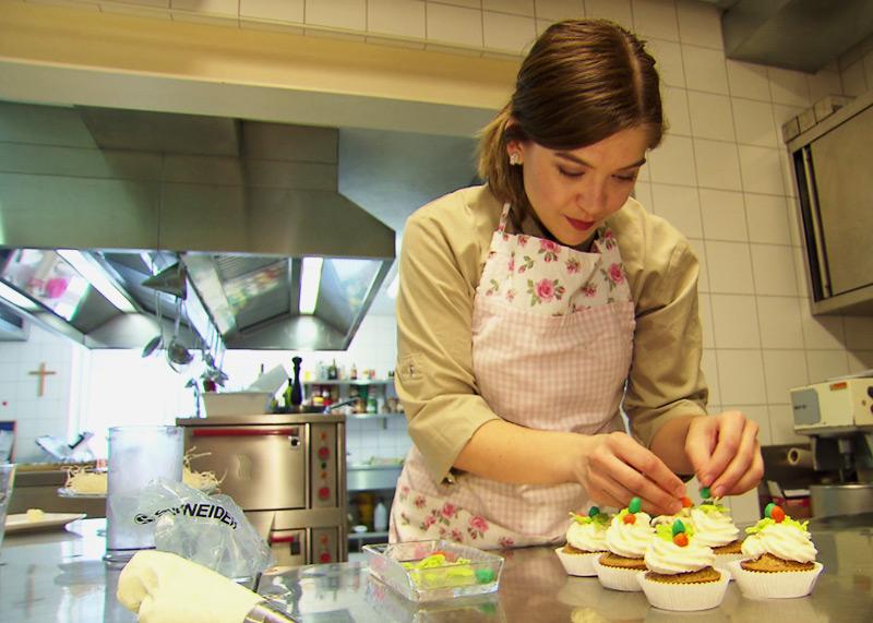 Osterbrunch vegan, Gastronomin Maria Muhr bei der Zubereitung der Karotten Cupcakes