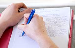 Person schreibt etwas mit der Hand