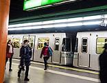 Menschen am U-Bahnsteig