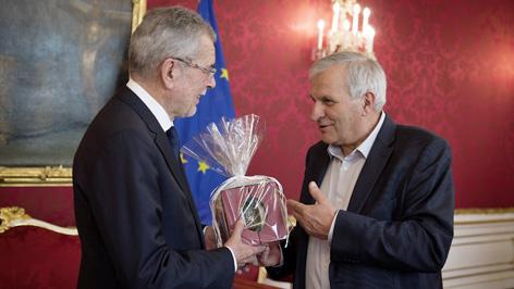 Predsjednik hrvatskoga savjeta Martin Ivančić predaje saveznomu predsjedniku Alexander Van der Bellen Stinjačko jaje