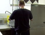 Abwäscher in Küche in Gastronomiebetrieb (Hotel, Restaurant)