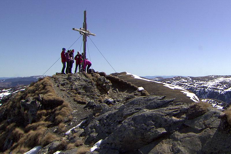 Wanderer am Gipfel des Kleinen Königstuhls bei Ramingstein