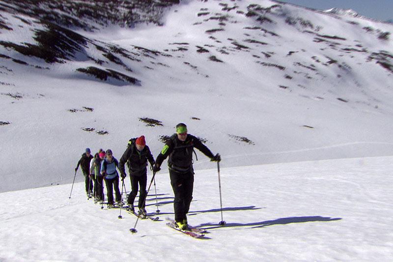 Skitourengehergruppe bei Aufstieg auf Bergflanke (in den Lungauer Nockbergen)
