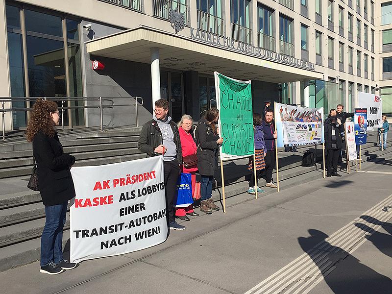 Demonstranten gegen Lobautunnel vor der Arbeiterkammer Wien