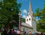 Kirche im Lungau mit Prangstangen