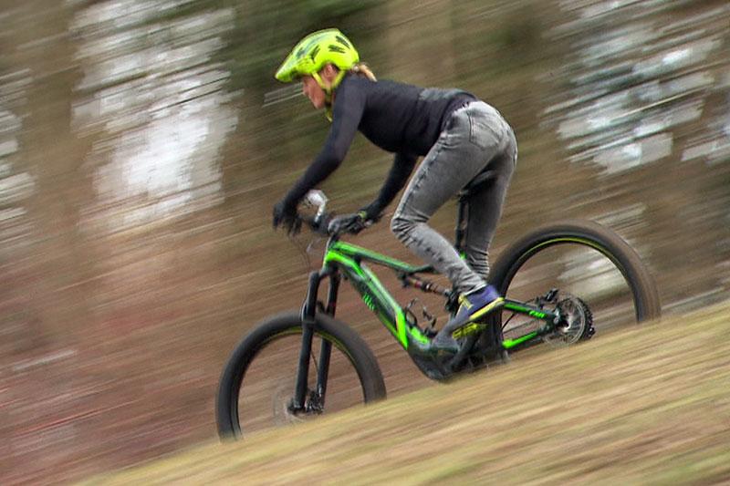 Radlerin auf Elektro Mountainbike