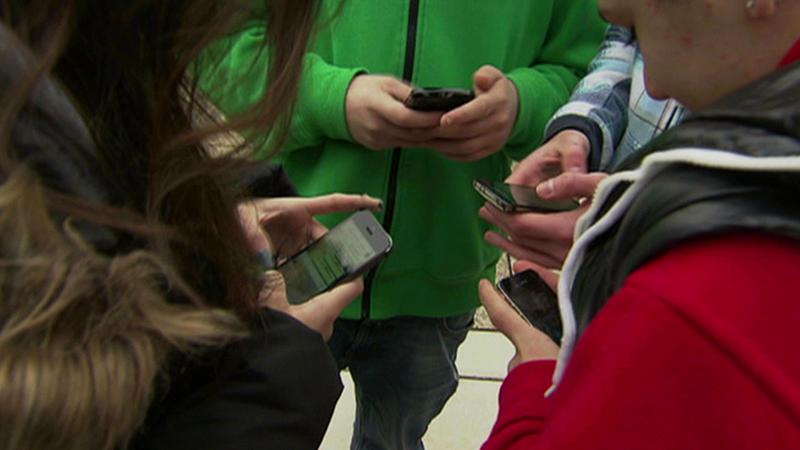 Schüler spielen mit Smartphones