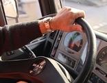 Lastwagenfahrer am Steuer (Lenkrad) eines Lkw