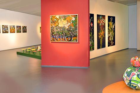 Blick auf die Bilder in der Ausstellung