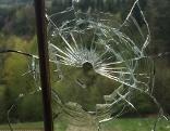 Schuss durch Scheibe Fenster Glas Projektil
