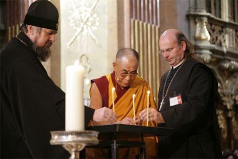 Der Dalai Lama mit dem ukrainischen Erzbischof Filip von Poltawa und Abt Georg Wilfinger