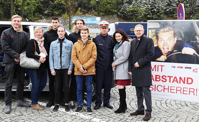 Die Schüler der HAK Innsbruck mit Brigitte Caria, Markus Widmann, Ingrid Felipe und Bernhard Knapp,
