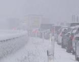 Autos im Stau bei Schneechaos