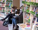 Frauen lesen in Buchhandlung