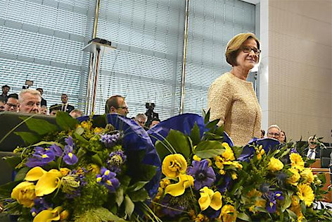 Johanna Mikl-Leitner im Landtagssitzungssaal vor Blumen