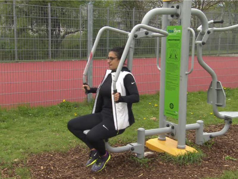 Frau auf FreeGym-Gerät