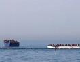 """Ein Bild der deutschen NGO """"Jugend Rettet"""" zeigt Menschen, die im Meer neben den sinkenden Boot schwimmen bevor einer Rettungsaktion im Mittelmeer nahe der libyschen Küste"""