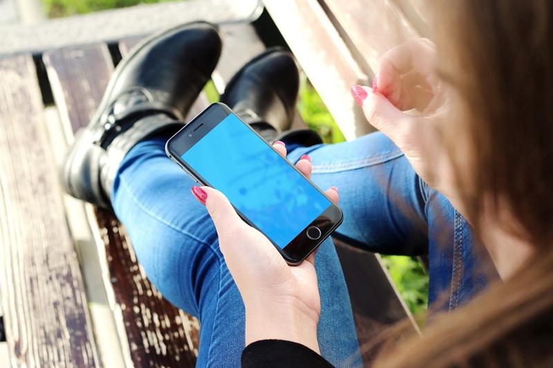 Frau mit Mobiltelefon in der Hand