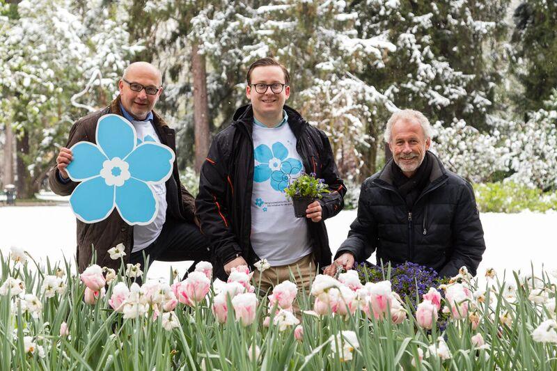 Die Mitglieder der Initiative vergissmeinnicht.at pflanzen Blumen im Hofgarten