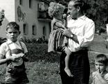 SOS Kinderdorf-Gründer Hermann Gmeiner mit Kindern