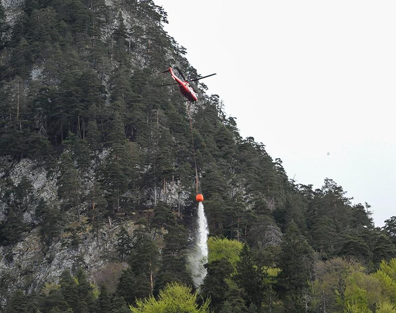 Super Puma im Einsatz beim Waldbrand am Hechenberg