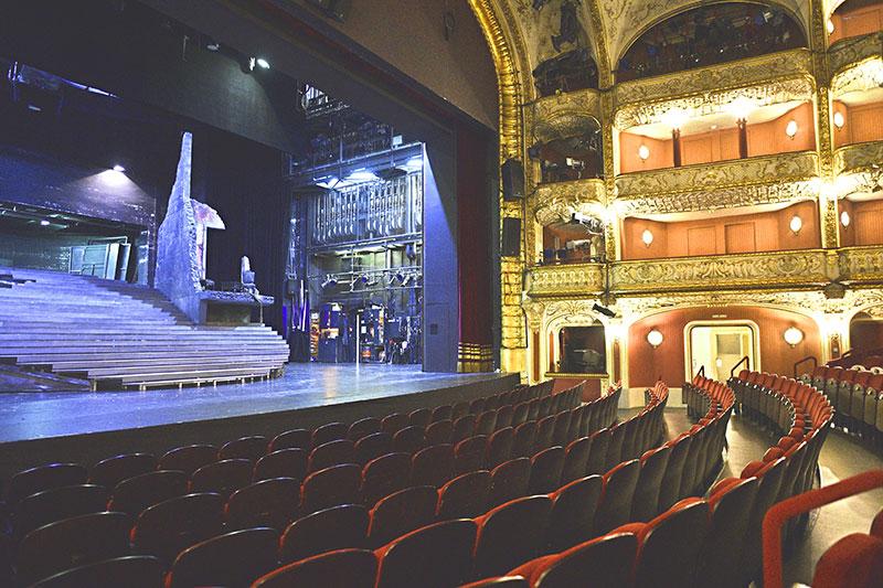 Zuschauertribüne und Bühne