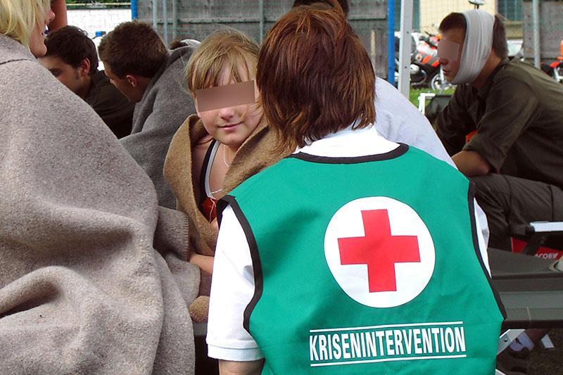 Helferin der Krisenintervention des Roten Kreuzes bei Gespräch