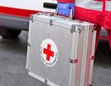 Rot-Kreuz-Mitarbeiter mit Sanitätskoffer