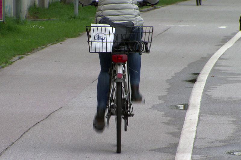 Fahrradfahrerin auf Radweg