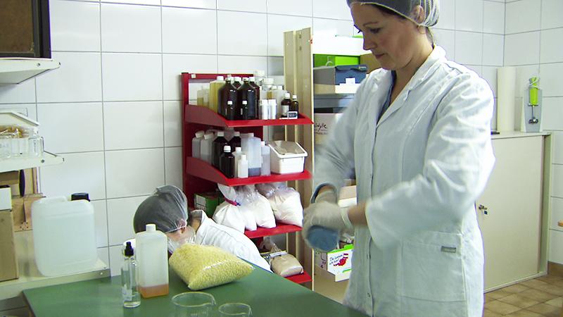 Kristina Szücs und Martina Unger im Labor