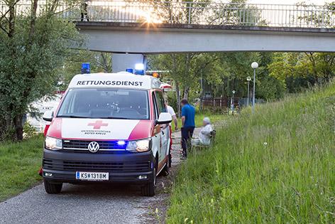 Rettungswagen beim Donauufer