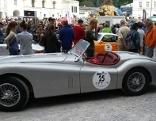 Alter Jaguar bei der Autoparade auf dem Residenzplatz in der Salzburger Altstadt