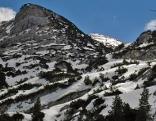 Schneebedeckte Hänge auf dem Untersberg mit Blick auf Gipfelkreuz