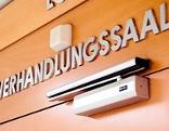 Tür zu einem Verhandlungssaal im Wiener Landesgericht
