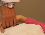 Arzt hält Kinderhand