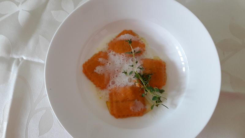 Tomaten-Lauchravioli mit Brennesselbutter und Rieslingschaum