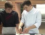 Lehrling und Chef in einer Küche