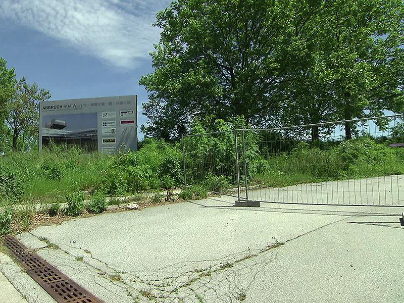 Schild bei früherer AUA-Zentrale mit Gitterzaun