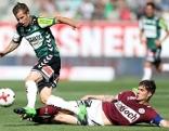 v.l. Stefan Nutz (SV Guntamatic Ried), der den ersten Treffer für die Rieder erzielte, Patrick Farkas (SV Mattersburg)