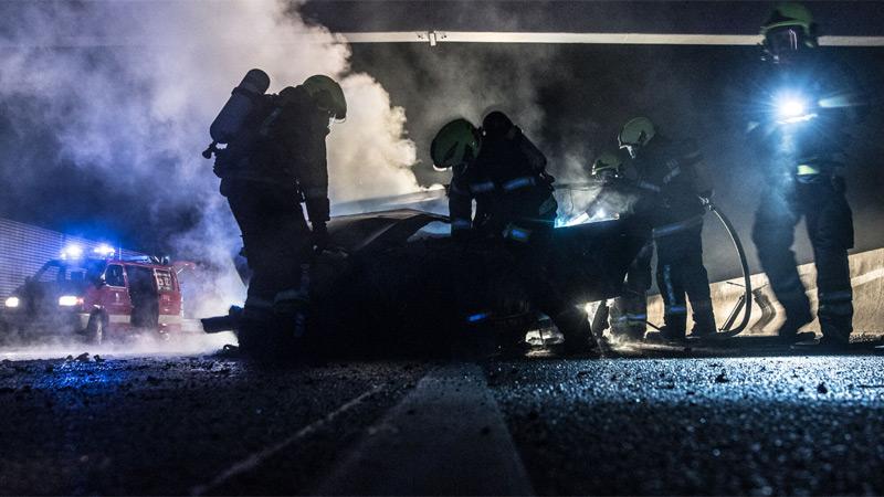 Illegales Straßenrennen auf der Westautobahn endet mit brennendem Auto und zwei Verletzten