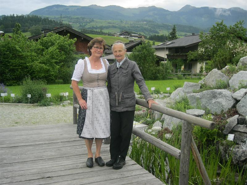 Andrea Rieder (links) und Rosi Kaltenhauser im Hollersbacher Kräutergarten
