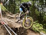 Mountainbike Downhiller bei Wettbewerb in Leogang