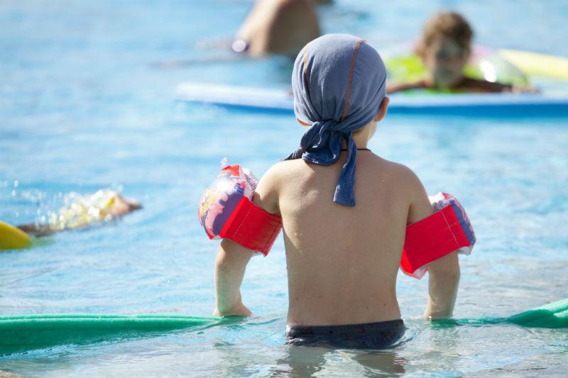 Kind mit Schwimmflügerl