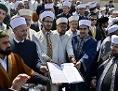 Ibrahim Olgun (M), Präsident der Islamischen Glaubensgemeinschaft in Österreich (IGGiÖ) und weitere 300 Imame im Rahmen der Unterzeichnung einer Deklaration gegen Extremismus  im Islamischen Zentrum in Wien
